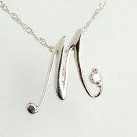 天然石ダイヤモンド付・オシャレなイニシャル【M】・K18WG(ホワイトゴールド)・ペンダント・ネックレス